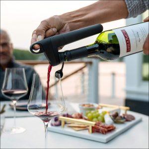 Coravin System Model Pivot, um den Wein in der Weinflasche länger haltbar zu machen
